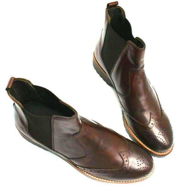 Foto Dunkelbraune Chelsea Boots an den Spitzen zusammenstehend_Modell 620
