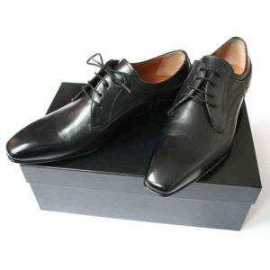 Foto 2 schwarze Herrenschuhe Elegant und schlicht Glattleder auf schwarzem Schuhkarton