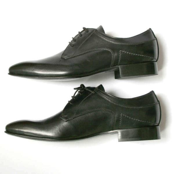 Foto 2 schwarze Herrenschuhe Elegant und schlicht Glattleder beide nach links zeigend. Seitenansicht.