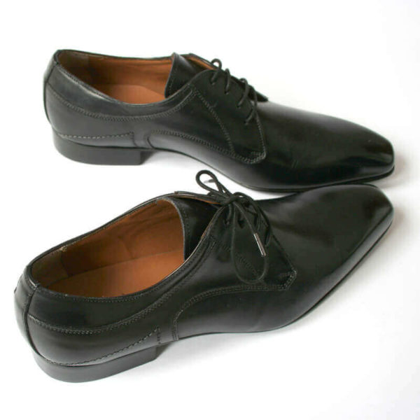 Foto 2 schwarze Herrenschuhe Elegant und schlicht Glattleder beide nach rechts zeigend.