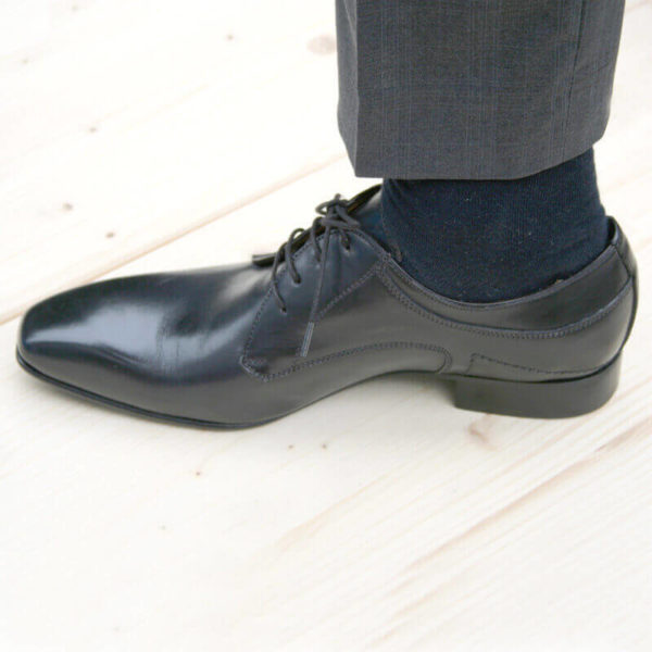 Foto 1 schwarzee Herrenschuh Elegant und schlicht Glattleder nach links zeigend mit sichtbarer Socke und Hosenbein.