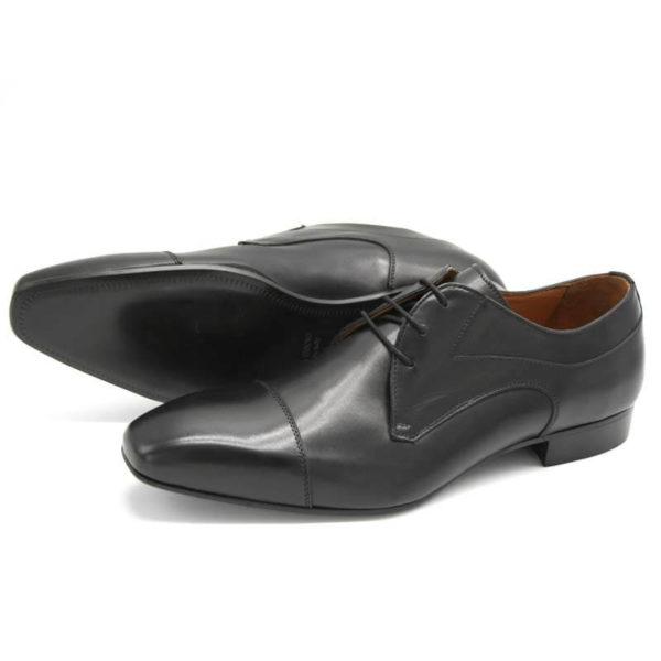 Foto Elegante Anzugschuhe schwarz einer stehend, nach links weisend, einer liegend nach links weisend, so dass die Ledersohle zu sehen ist - Modell 113