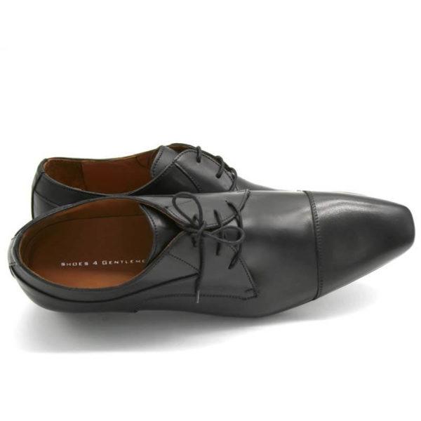 Foto Elegante Anzugschuhe schwarz - der vordere Schuh liegt auf der Seite und zeigt nach rechts. Das Logo Shoes 4 Gentlemen ist gut sichbar. Der andere Schuh steht stützend dahinter - Modell 113
