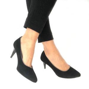 Foto Elegante Pumps schwarz Rauleder mit Metallapplikation an Damenbeinen mit schwarzer Hose_Modell 515