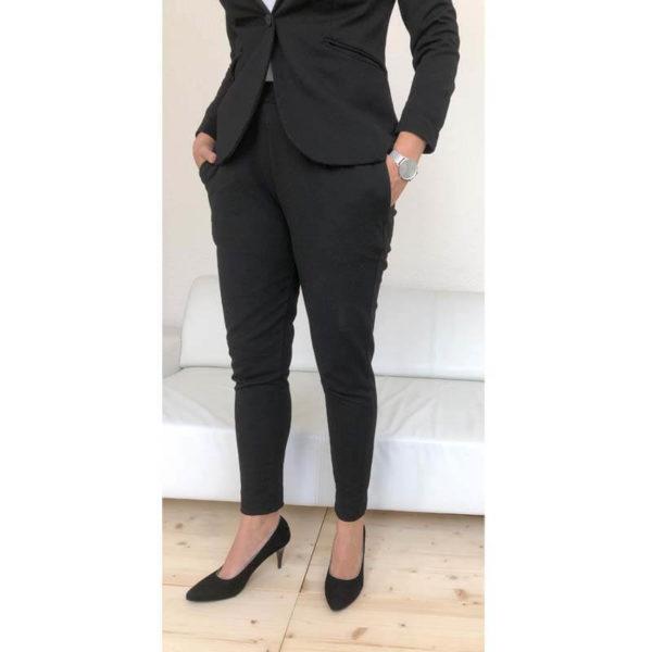Foto Elegante Pumps schwarz Rauleder mit Metallapplikation an Damenbeinen mit schwarzem Hosenanzug_Modell 515
