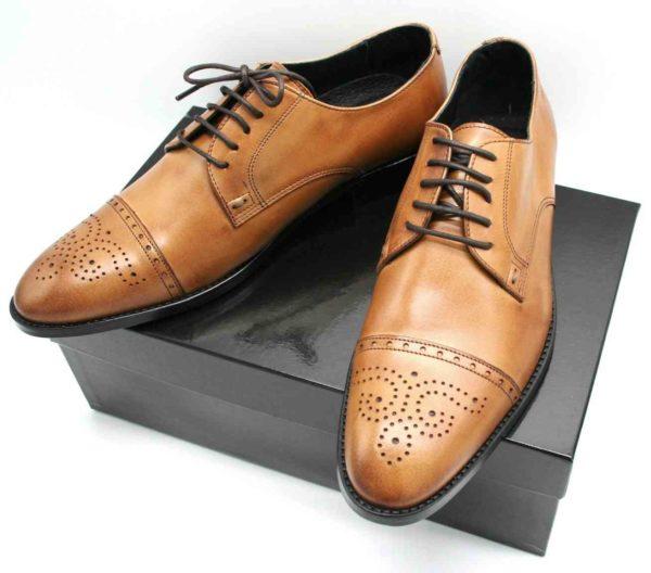 Foto zwei Exklusive Herrenschuhe auf schwarzem Schuhkarton_Modell 337