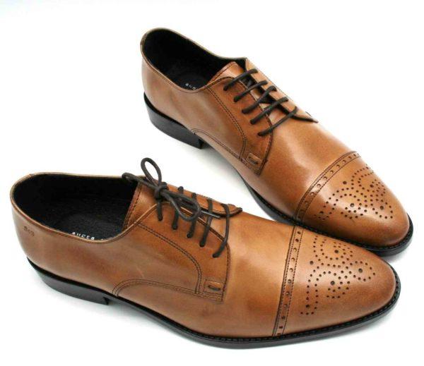 Foto zwei Exklusive Herrenschuhe mit den Schuhspitzen aneinander stehend_Modell 337
