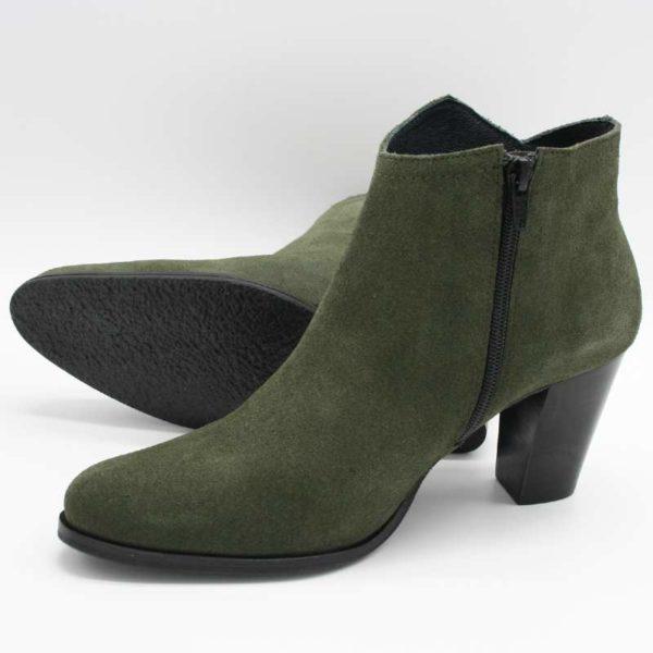 Foto grüne Stiefeletten eine liegend, so dass die rutschfeste Laufsohle zu sehen ist, die andere stehend_Modell 770