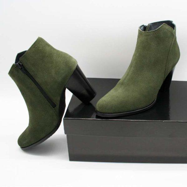 Foto grüne Stiefeletten eine seitlich an Schuhkarton gestützt, die andere auf dem Schuhkarton stehend_Modell 770
