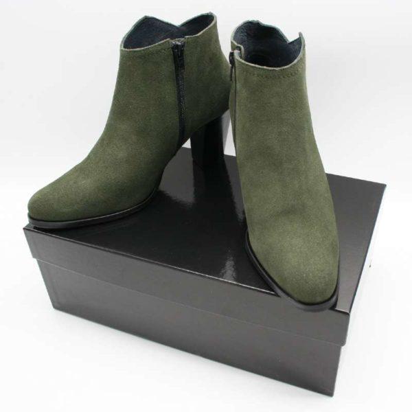 Foto grüne Stiefeletten beide aus schwarzem Schuhkarton stehend_Modell 770