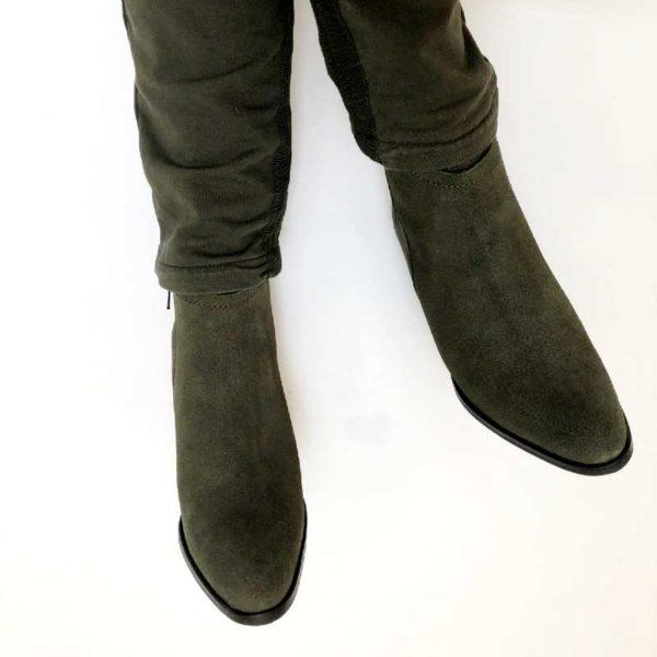 Foto grüne Stiefeletten Bein-Fuß-Bildausschnitt mit grüner Hose_Modell 770