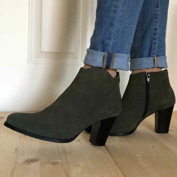Foto grüne Stiefeletten beim Gehen von der Seite_Modell 770