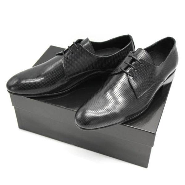 Foto Herrenschuh perforiert, schwarz auf schwarzem Schuhkarton_Modell 381