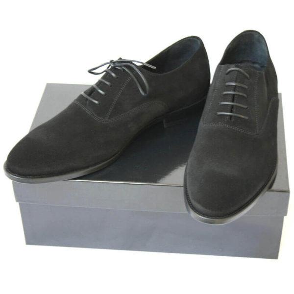 Foto von zwei schwarzen Wildleder Oxford Herrenschuhen auf schwarzem Schuhkarton. Modell Herren Oxford