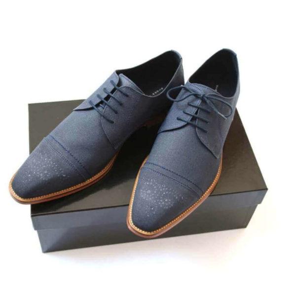 Foto_2 Business Herrenschuhe in dunkelblauem Leinen auf schwarzen Schuhkarton. Modell Komfort für Business