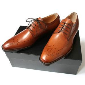 Foto zeigt das Produkt: Exklusiv italienisch - 2 Business Schuhe auf schwarzem Schuhkarton