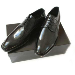 Foto Professioneller Allrounder Herren Business-Derby-Schuh in Schwarz mit dezenter-Verzierung_2 Schuhe auf schwarzem Schuhkarton