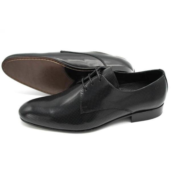 Foto Herrenschuh perforiert, schwarz 2 Schuhe nach links weisend. Der eine liegt auf der Seite, so dass die lederne Laufsohle zu sehen ist_Modell 381