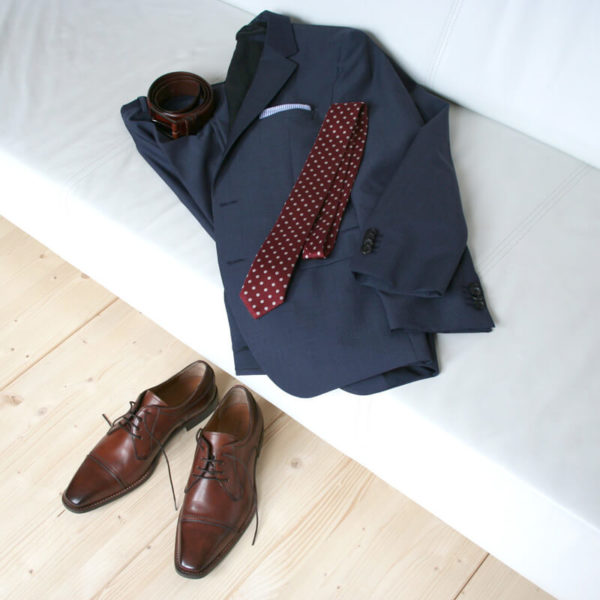 Photo-Men´s business shoes-Individual and masculine-Derby_Captoe_Cognac_2 shoeswith a blue suit on a couch