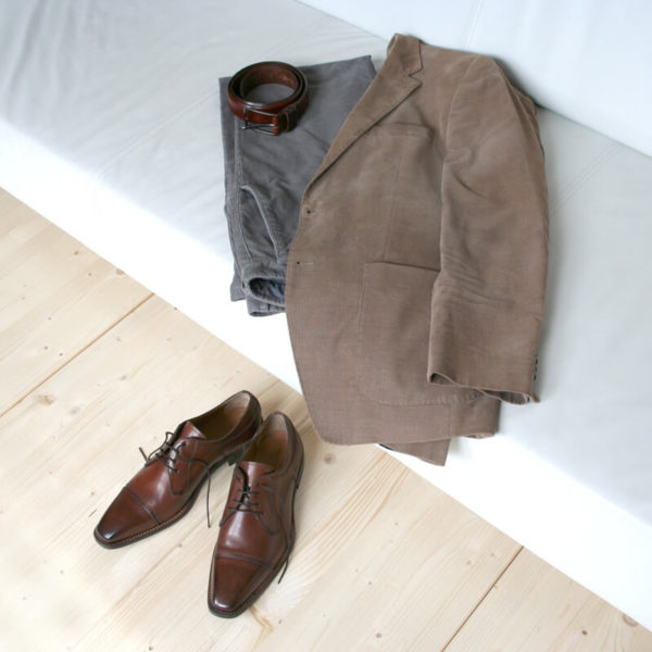Photo-Men´s business shoes-Individual and masculine-Derby_Captoe_Cognac_2 shoes with casual outfit on the couch
