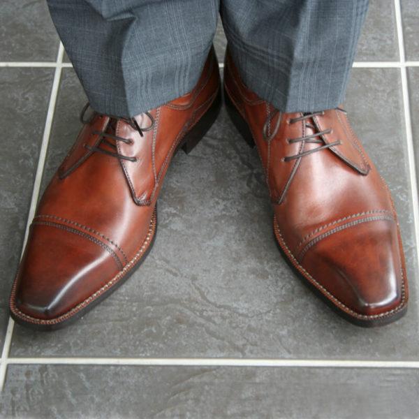 Photo-Men´s business shoes-Individual and masculine-Derby_Captoe_Cognac_2 shoes with al littel bit of a gray suit-front view