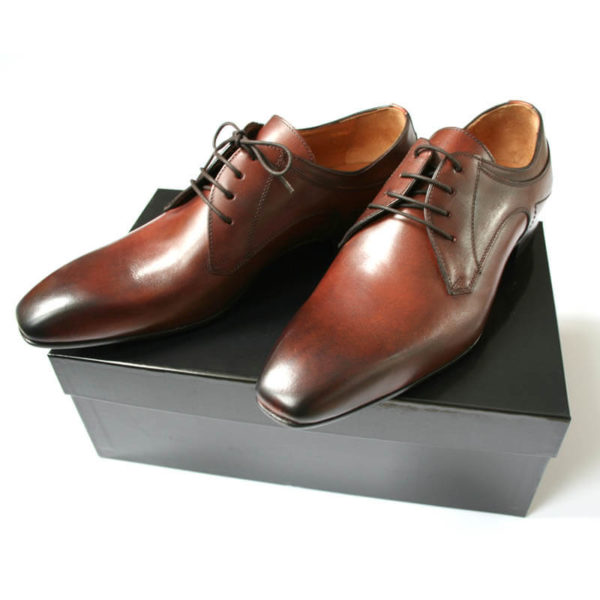 Das Foto zeigt den Business Schuh Italienische Eleganz auf schwarzem Schuhkarton