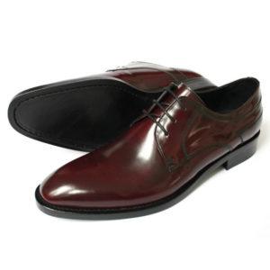 Foto Allrounder mit Edelnote. Zwei bordeauxrote Herrenschuhe aus poliertem Leder nach links weisend. Bei dem hinteren Schuh ist die Sohle zu sehen. Modell 341