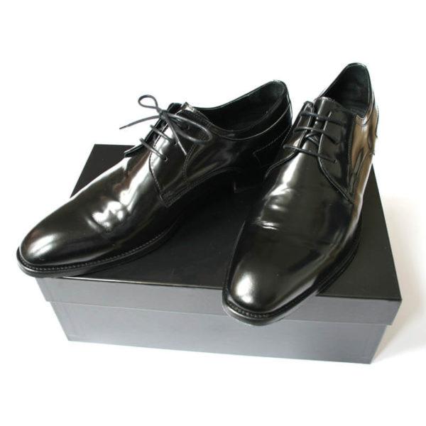 Foto Elegant und maskulin. Eleganter Derby Businessschcuh. 2 auf schwarzem Schuhkarton.