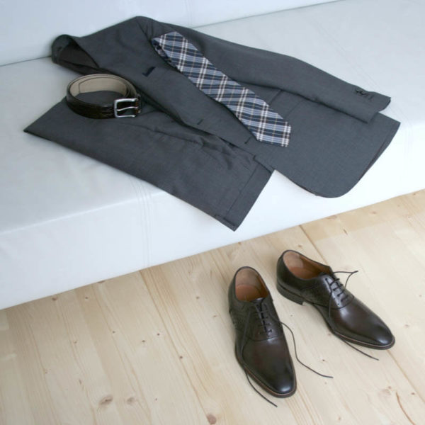 Men`s business shoes-Discreet fashionable-Oxford_with hole pattern_mocha brown_2 shoes in combination with a gray suit on a couch
