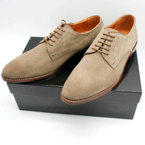 Foto zeigt zwei Herrenschuhe taupe aus Rauleder, die auf einem schwarzen Schuhkarton stehen_Modell 374