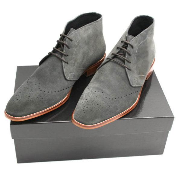 Foto Herrenstiefelette anthrazit zwei Stiefeletten auf schwarzem Schuhkarton_Modell 361