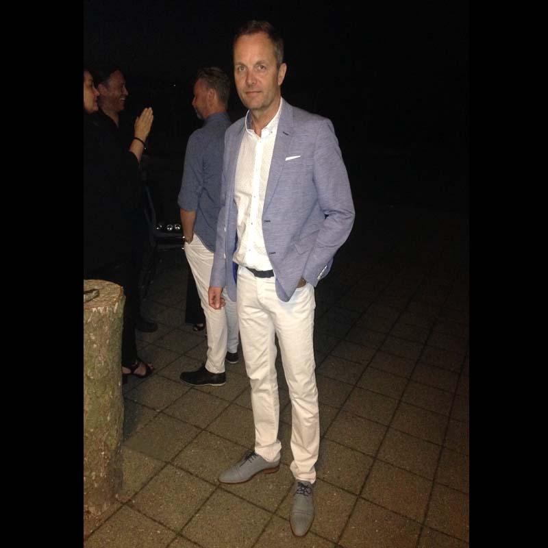 Foto Mann mit weißem Hemd und heller Hose sowie hellblauem Jacket und hellblaue Schuhe lässiger charme