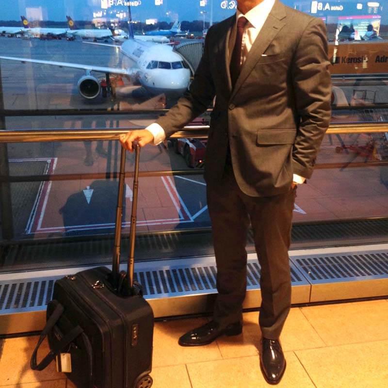 Foto Geschäftsmann am Flughafen mit Business Schuhen ansehnlich und stilvoll