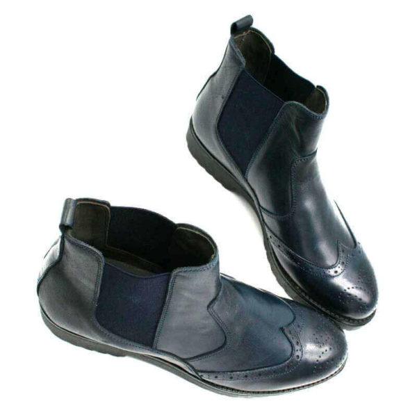 Foto Italienische Stiefeletten blau mit den Schuhspitzen zusammenstehend_Modell 650