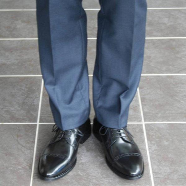 Klassischer Herrenschuh aus schwarzem, poliertem Leder Front-Ansicht 6