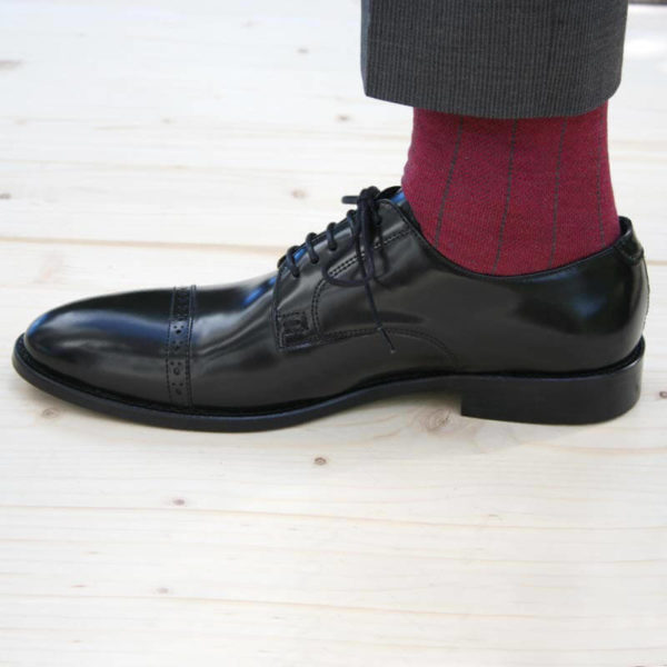 Klassischer Herrenschuh aus schwarzem, poliertem Leder Seitenansicht 1 Schuh mit roter Socke 7
