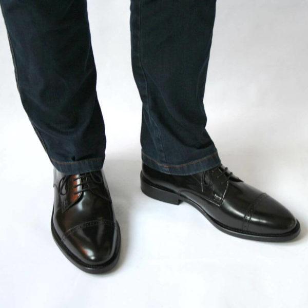 Klassischer Herrenschuh aus schwarzem, poliertem Leder mit Jeans 8