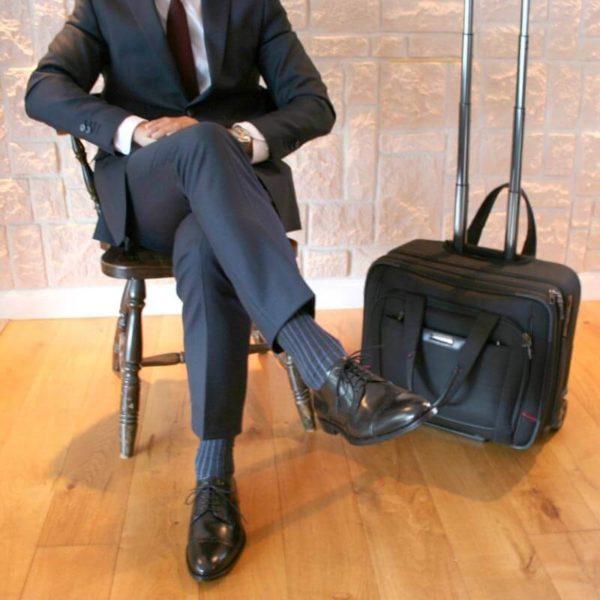 Klassische Herrenschuhe aus schwarzem, poliertem Leder mit blauem Anzug als Inspiration 9