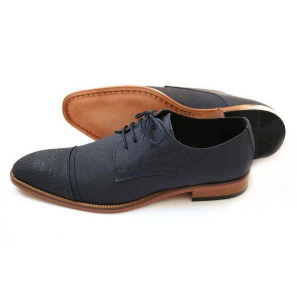 Foto-Dunkelblauer Herren Business Schuh aus Leinen. Ein Schuh zeigt nach links, der andere liegt, so dass die Sohle zu sehen ist.