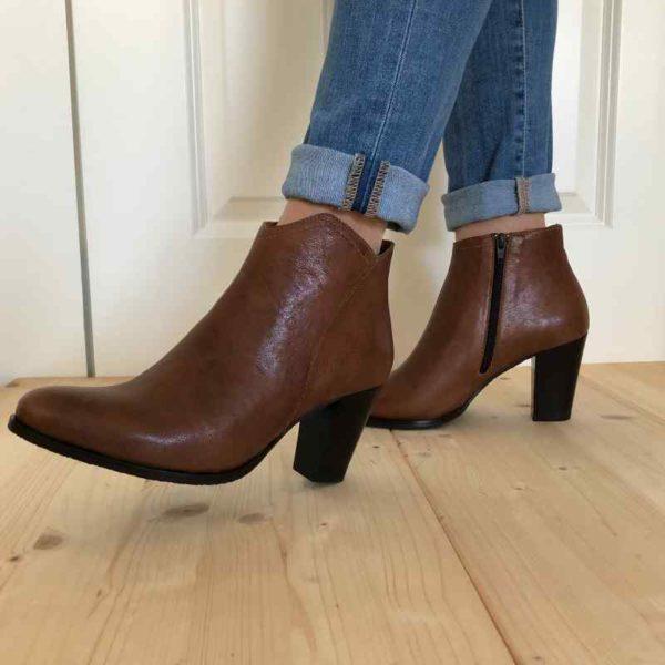 Foto von zwei Kurzstiefeletten in Braun, beide an Beinen mit heller Jeans einen Schritt gehend_Modell 720