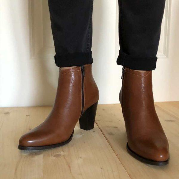 Foto von zwei Kurzstiefeletten an Beinen stehend mit schwarzer Hose_Modell 720