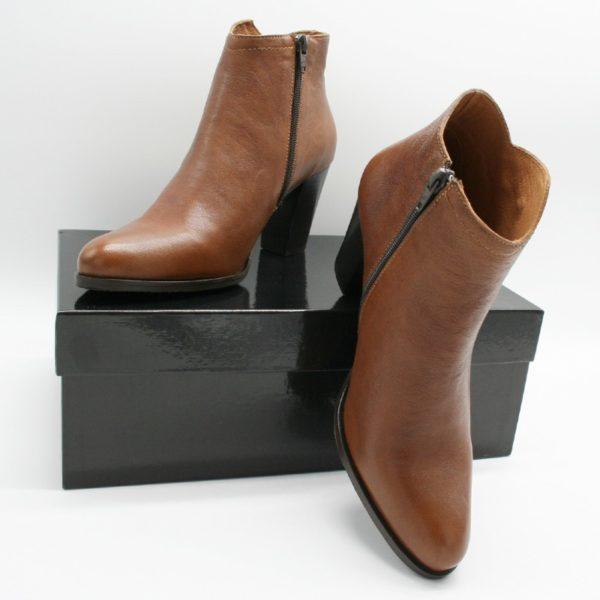 Foto von zwei Kurzstiefeletten. Eine auf schwarzem Schuhkarton stehend, die andere angelehnt_Modell 720