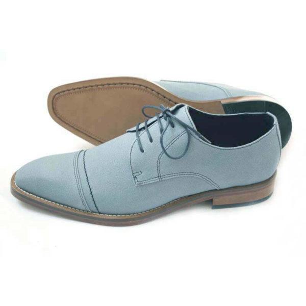 Foto-Herren Business Schuhe in Hellblau aus Leinen - einer steht mit Spitze nach links, der andere Schuh liegt, so dass die Sohle zu sehen ist