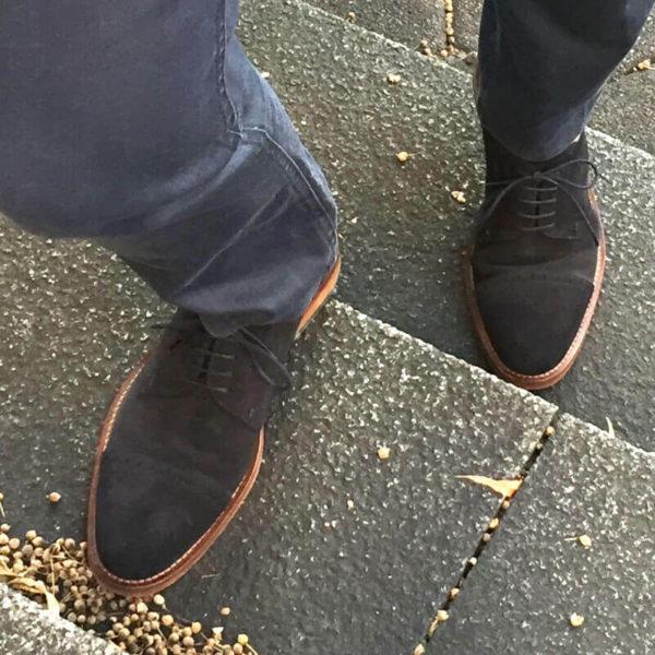 Foto: Herrenbeine mit dunkelblauen Wildleder Derby Herrenschuhen, Modell Legere elegant, gehen Treppe rauf