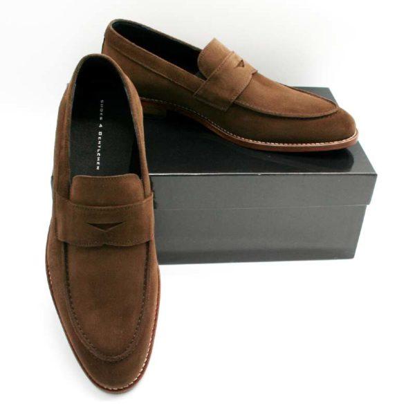 Foto zeigt Loafer braun - einer angelehnt, der andere auf schwarzem Schuhkarton_Modell 332
