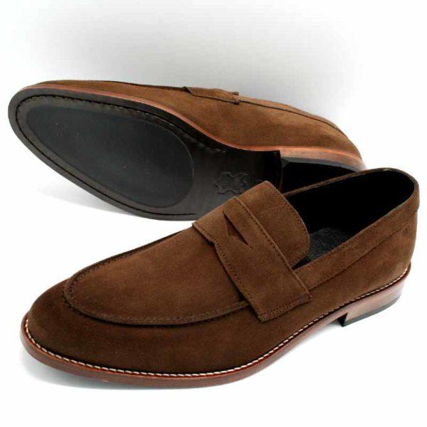 Foto zeigt Loafer braun einer auf der Seite liegend, so dass die Sohle zu sehen ist, der andere stehend_Modell 332