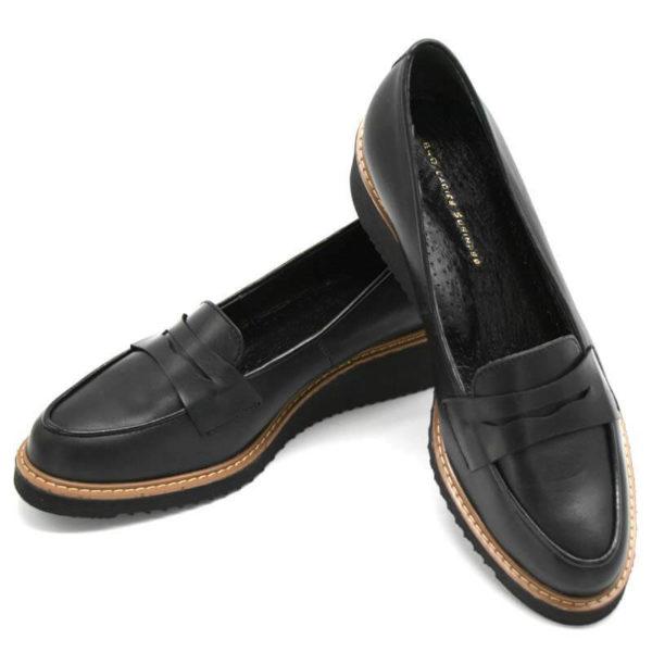 Foto 2 schwarze Loafer mit Keilabsatz auf schwarzem Schuhkarton. Modell 514