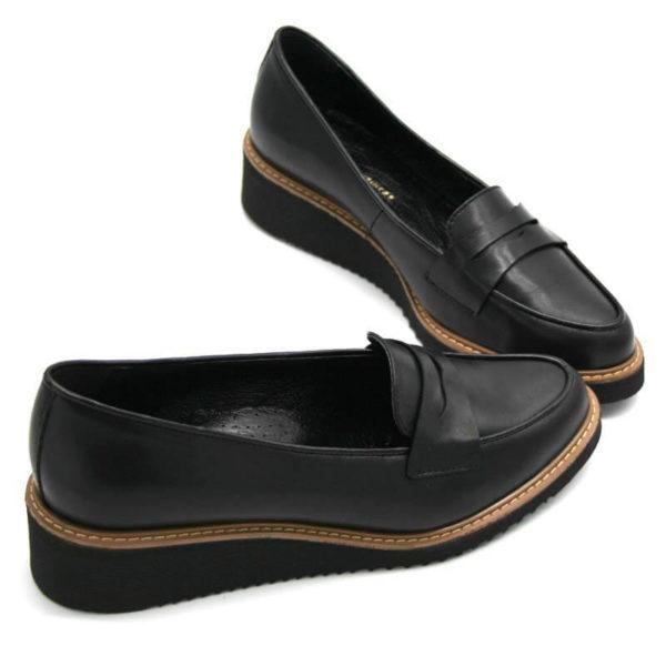 Foto 2 schwarze Loafer mit Keilabsatz. Schuhe stehen an der Spitze zusammen. Beide nach rechts weisend. Modell 514