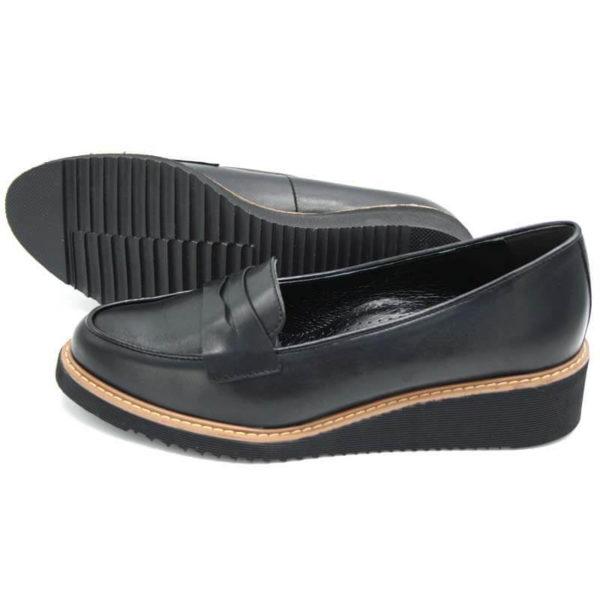 Foto 2 schwarze Loafer mit Keilabsatz. Schuhe zeigen nach links. Einer liegend, so dass die geriffelte Sohle zu sehen ist, der andere steht Modell 514