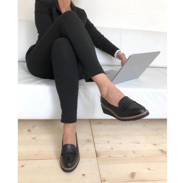 Foto 2 schwarze Loafer mit Keilabsatz angezogen kombiniert mit schwarzer Hose. Modell 514